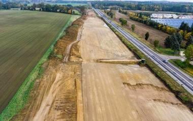 Drogowcy rozwijają asfalt na trasie ekspresowej S6