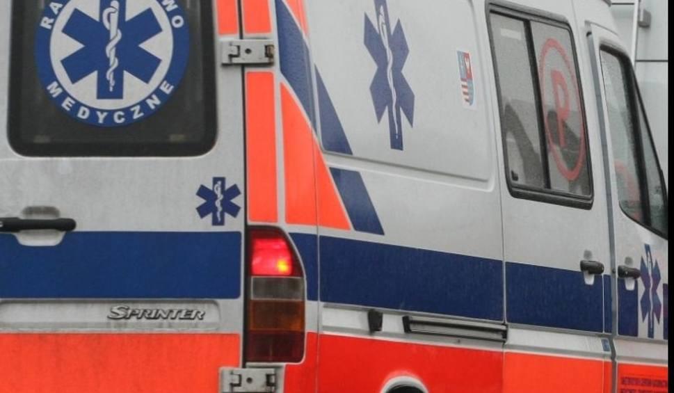 Film do artykułu: Styków. Samochód uderzył w drzewo, strażacy uwalniali kierowcę z auta