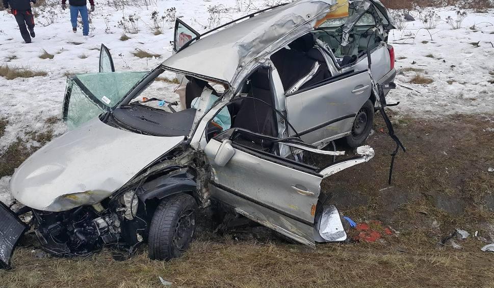 Film do artykułu: Koszmarny wypadek w Mierzęcicach. 3 osoby ranne w zderzeniu 4 aut. Kobieta w stanie ciężkim ZDJĘCIA