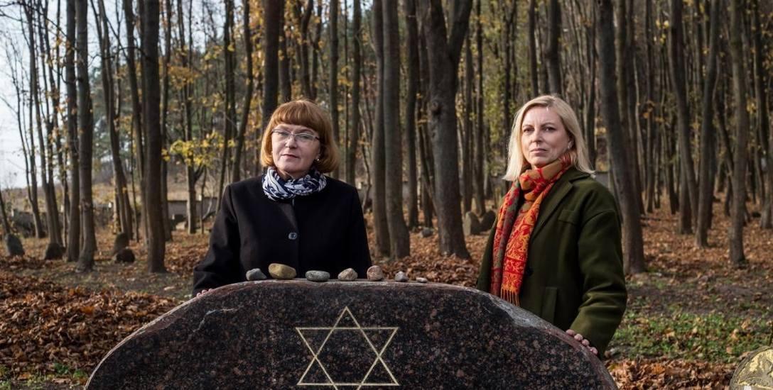 Dorota Budzińska (z lewej) i Jolanta Konstańczuk dbają o przywracanie pamięci o dąbrowskich Żydach