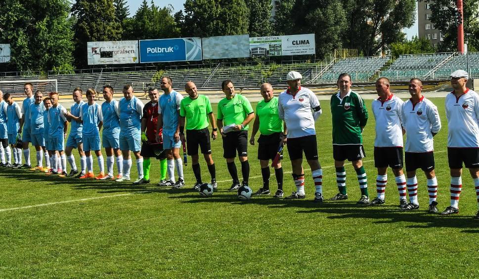 6b23af0e71f23 Piłkarze Orła (stoją z prawej strony) występują w strojach retro  wzorowanych na kostiumach Pogoni