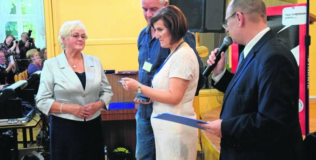 Podziękowania odebrała też pani Janina, (z lewej), żona Henryka Parkitnego. - Rzadko był w domu, bo pomagał innym walczyć z nałogiem -  dziękowali  Aldona