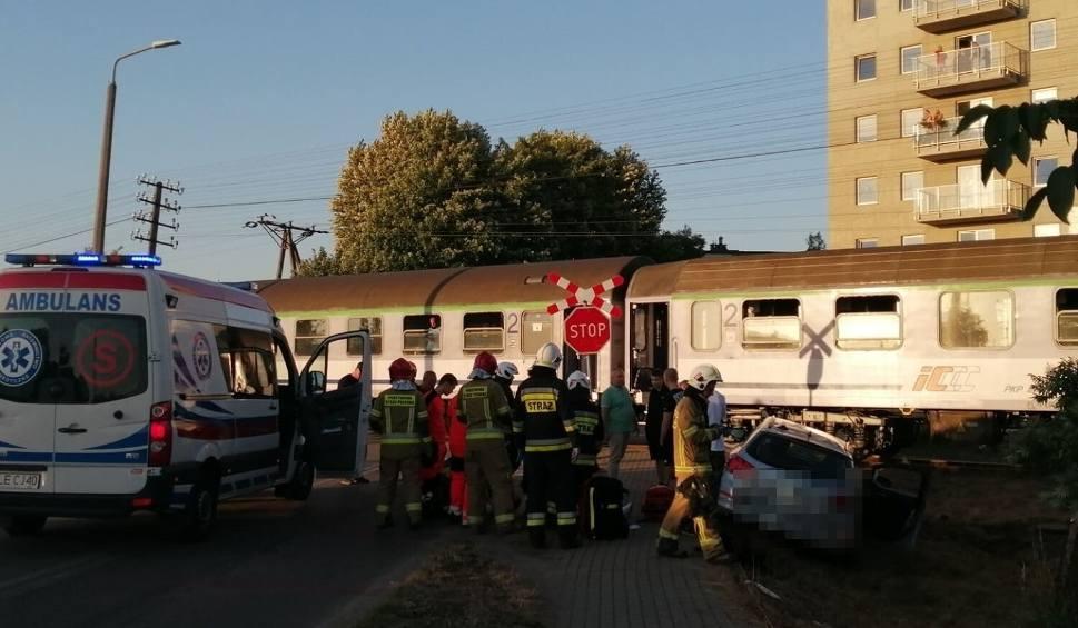 Film do artykułu: Samochód wjechał pod pociąg w Lęborku. 30.07.2021 r. Jedna osoba została ranna. Pociąg jechał z Łeby do Krakowa