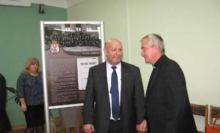 Wystawę odwiedził też ksiądz Andrzej Tuszyński -a  z lewej Leszek Pożyczka, szef radomskiej oświaty