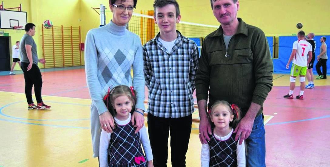 Ewa i Kazimierz Urbańscy to szczęśliwi rodzice Mateusza, Lenki i Matyldy. Dzięki pieniądzom zebranym podczas turnieju będą mogli kupić m.in. pompę insulinową
