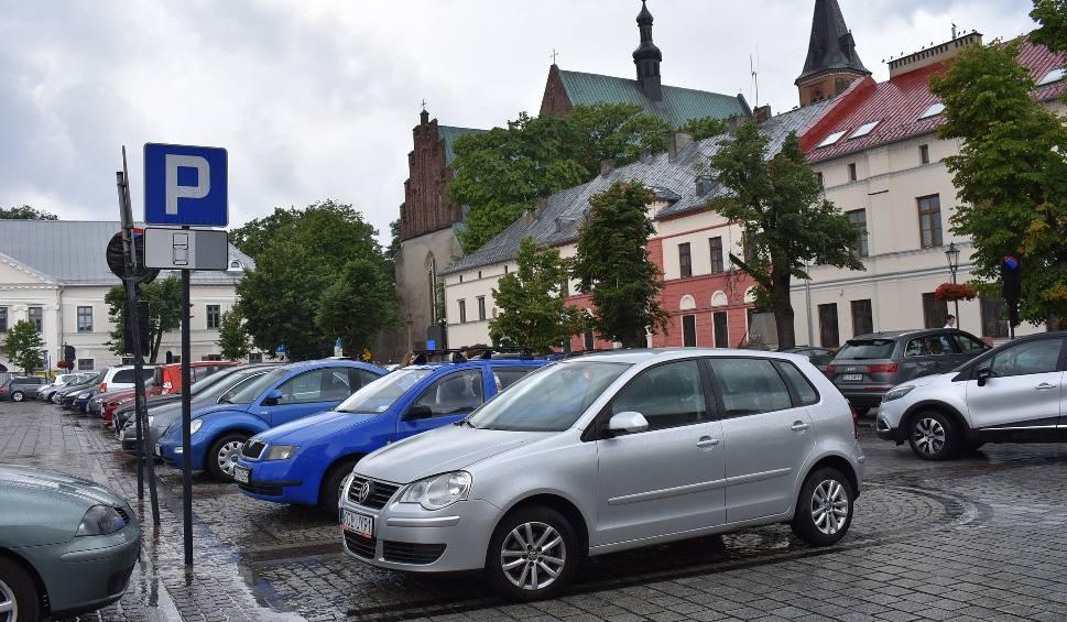 Film do artykułu: Czy z olkuskiego rynku znikną samochody? Od 16 lipca zacznie obowiązywać tzw. Strefa Ograniczonego Postoju