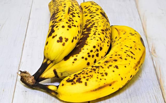 Banany z ciemnymi plamami na skórce są o wiele łatwiejsze do strawienia niż piękne, żółte okazy tych owoców. Dzieje się tak dzięki wysokiej zawartości