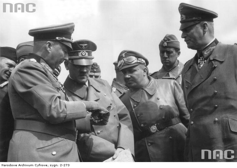 Adolf Hitler, gen. Gunther von Kluge i (pierwszy z lewej) i Wilhelm Keitel (pierwszy z prawej). Wszyscy w mundurach od Bossa