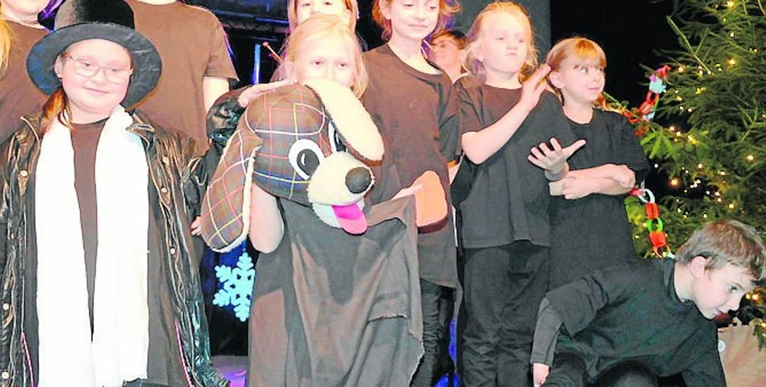 """Bajkę """"Pan pętelka i cień"""", autorstwa Magdaleny Pochrząszcz, przedstawiły dzieci w formie spektaklu teatralnego"""