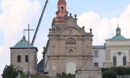 Turyści idący od Nowej Słupi mogli w pewnym momencie robić i takie zdjęcia: dwie wieże w jednym.