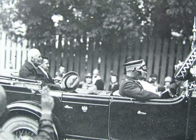 Prezydent Ignacy Mościcki (z kapeluszem) w towarzystwie wojewody białostockiego Karola Kirsta przejeżdza ulicami Białegostoku