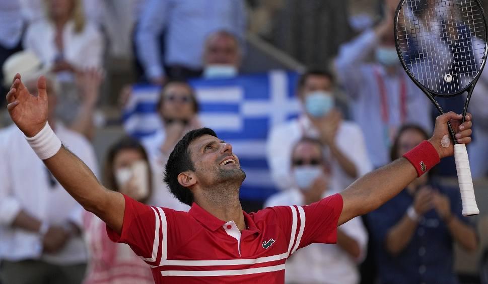 Film do artykułu: Novak Djoković drugi raz w karierze wygrał Roland Garros. Serb pokonał w finale Stefanosa Tsitsipasa [WIDEO]