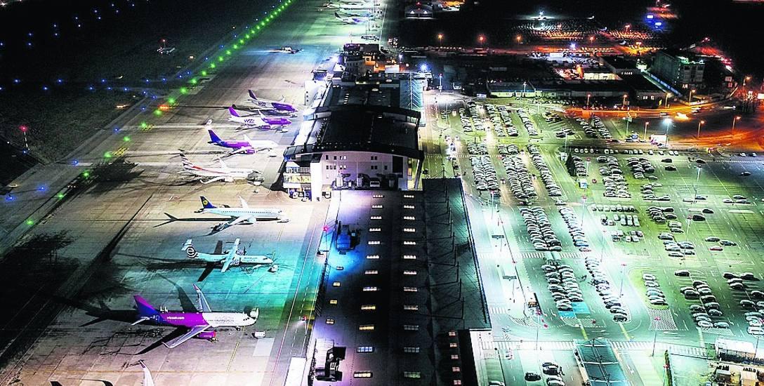 Lotnisko nocą z drona. Na parkingu przed terminalami i nieco dalej jest niemal 4 tys. miejsc