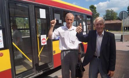 Zygmunt Cieślik z Osieka (po lewej) i Stefan Gałka z Kosmolowa (po prawej) bardzo się cieszą z planowanej obniżki. Do Olkusza przyjeżdżają regularnie