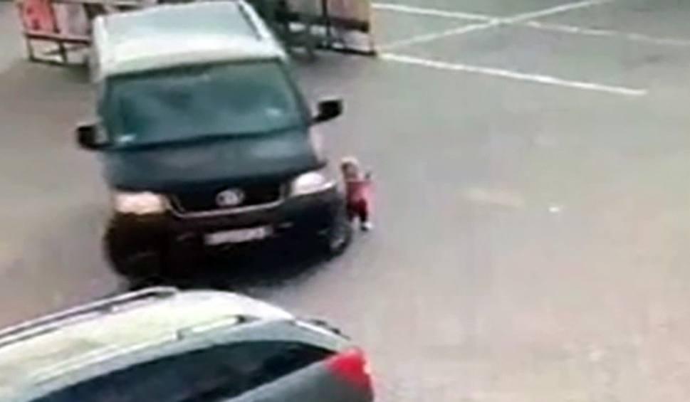 Film do artykułu: SZPROTAWA Dziecko samo na środku parkingu. - Cud, że nie doszło do tragedii - mówi policja [WIDEO]