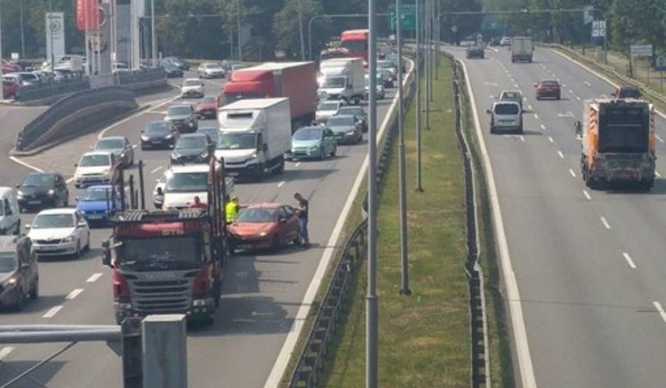 Film do artykułu: Katowice: kolizja na DK86 dwóch osobówek i ciężarówki