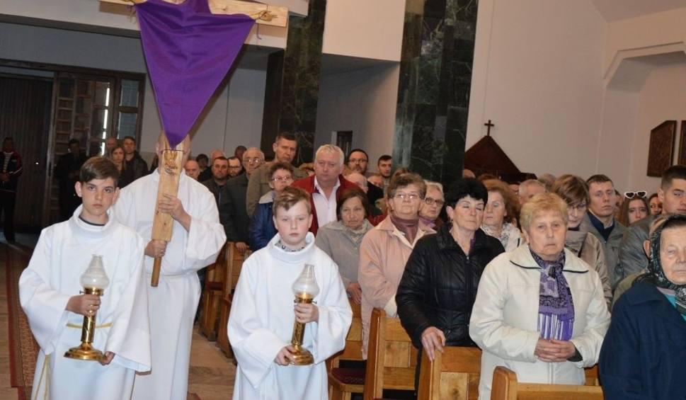 Film do artykułu: To jedyny taki dzień w roku. Poznaj niezwykłą liturgię Wielkiego Piątku. Zdjęcia z kościoła w Ostojowie