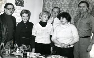 """Red. Jan Szczutkowski (pierwszy z prawej) wśród zespołu redakcyjnego """"Naszych Spraw"""". Zdjęcie z lat 70. ub. wieku."""