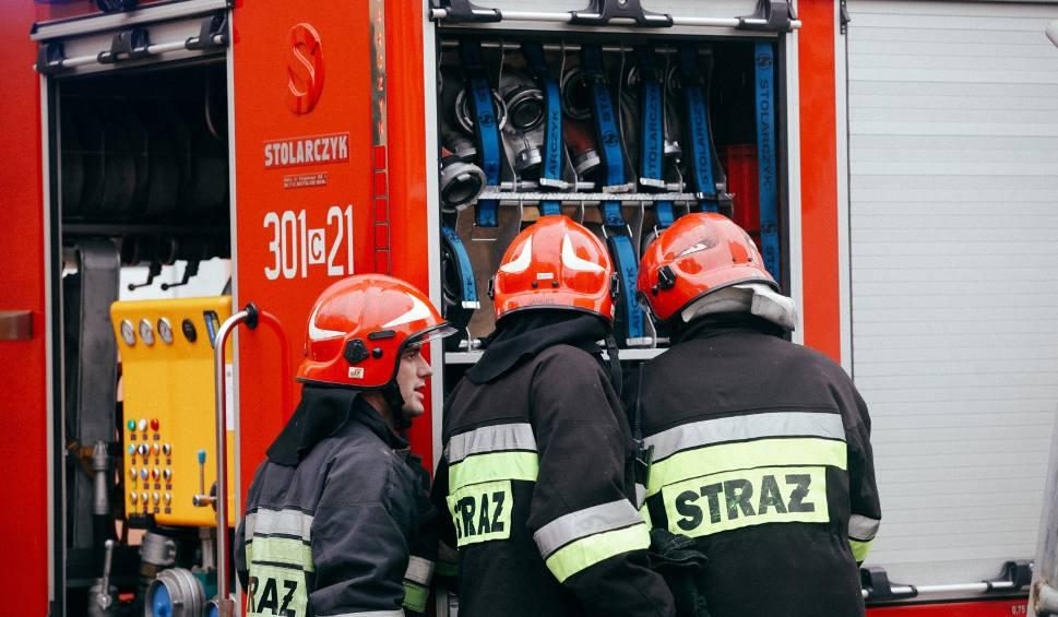 Film do artykułu: Tragedia w garażu w Łebczu (powiat pucki). Nie żyje mężczyzna, prawdopodobnie zatruł się tlenkiem węgla