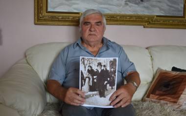 Jan Spik przechowuje ślubne zdjęcie rodziców z 1935 roku. Pan młody w cylindrze, pani młoda w eleganckiej kreacji. Deportacja ojca zamknęła tamten ś