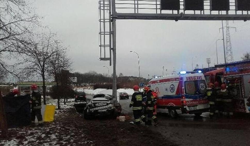 Film do artykułu: Śmiertelny wypadek w Gdyni. Audi uderzyło w słup