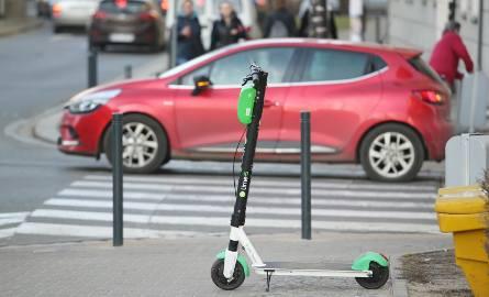 Najmłodsi Polacy chcą zastąpić samochody w mieście elektrycznymi hulajnogami. Wszystko przez brak... miejsc parkingowych!