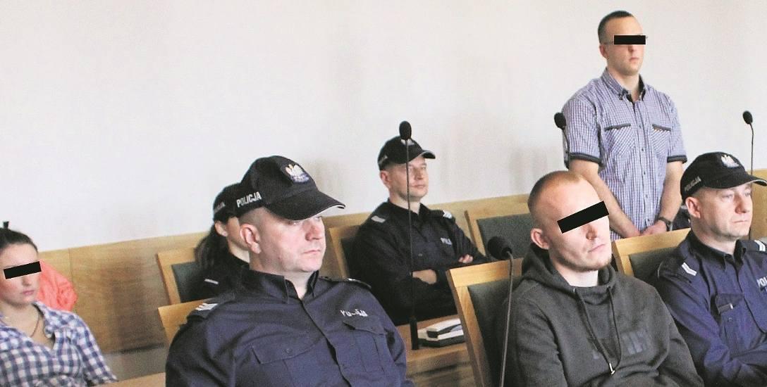 Oskarżeni w krakowskim sądzie Paulina M. (z lewej), Wiktor B . (stoi) oraz Damian L. zaprzeczają, że okradli pokrzywdzonego