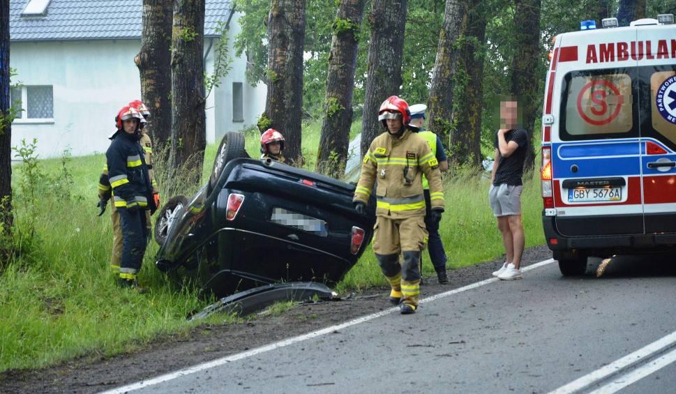 Film do artykułu: Wypadek za Bytowem. Młoda kobieta dachowała w rowie [ZDJĘCIA]