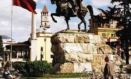 Pomnik Skanderbega. W głębi meczet.