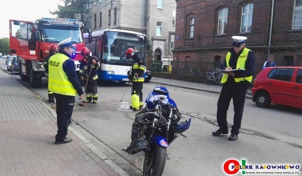 Film do artykułu: Motocyklista zderzył się z oplem w Kluczborku [ZDJĘCIA]