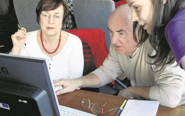 Starsi chętnie uczą się korzystania z nowych technologii. Można dzięki nim zaoszczędzić.