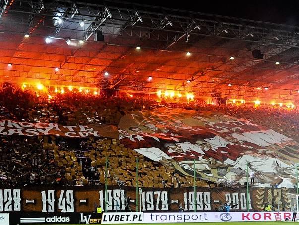 """Wisła - Legia. Kibice """"Białej Gwiazdy"""" wypełnili stadion po brzegi"""