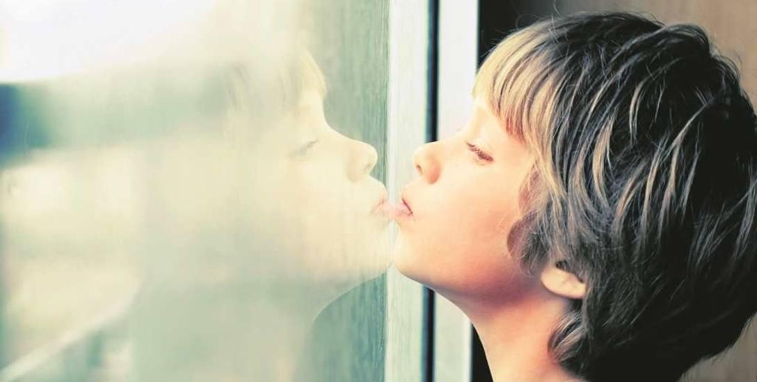Szacuje się, że w Polsce z autyzmem rodzi się 1 na ok. 160 dzieci. 2 kwietnia na całym świecie obchodzony jest Dzień Wiedzy na Temat Autyzmu. Na dowód
