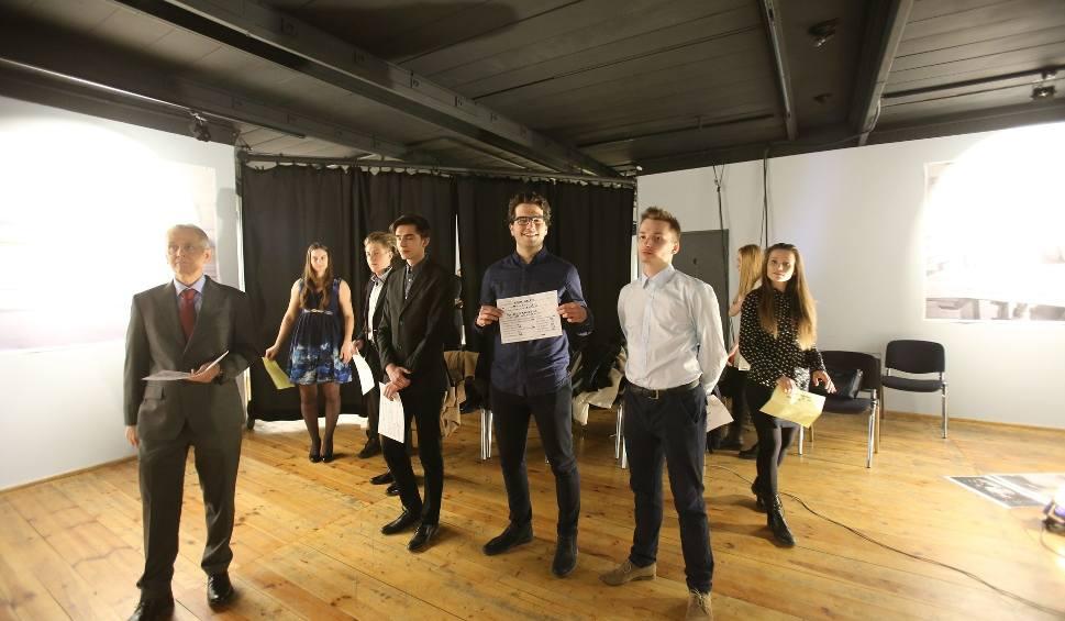 Film do artykułu: Katowice: casting statystów do nowego filmu Agnieszki Holland odbył się w Teatrze Korez ZDJĘCIA