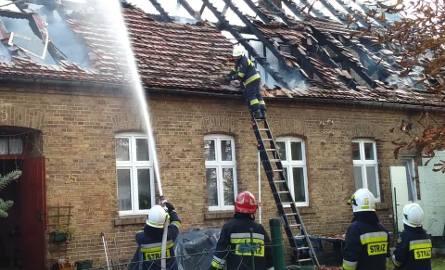 Strażacy otrzymali sygnał o pożarze domu w Podjeninie w sobotę, 20 października, przed godziną 15.00. Gdy zjawili się na miejscu, ogień obejmował już