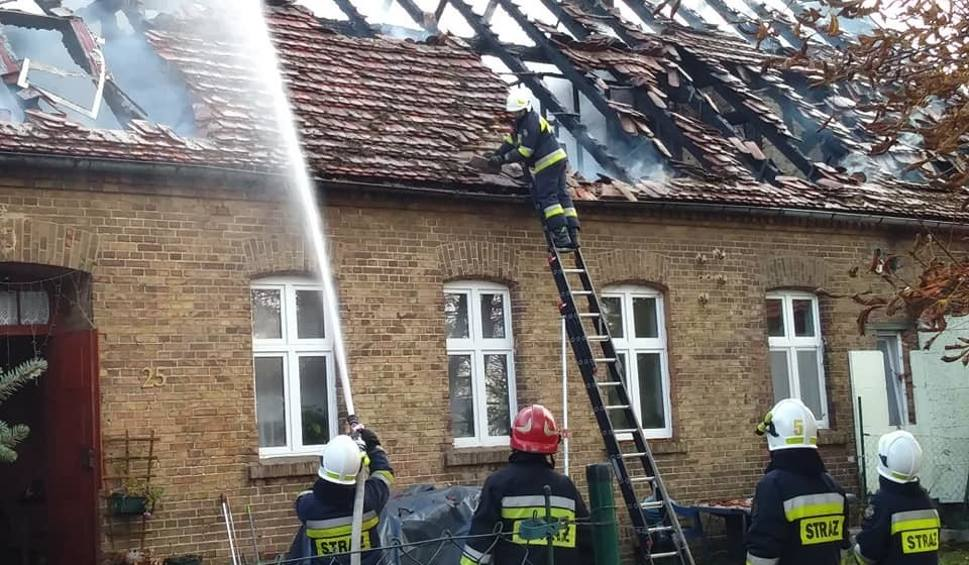 Film do artykułu: Pożar domu wielorodzinnego w Podjeninie w gminie Bogdaniec. Cztery rodziny straciły dach nad głową [ZDJĘCIA]