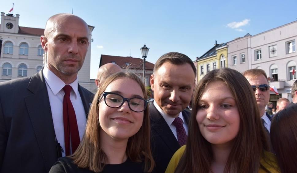 Film do artykułu: Andrzej Duda w Śremie spotkał się z mieszkańcami i nawiązywał do historii [ZDJĘCIA]