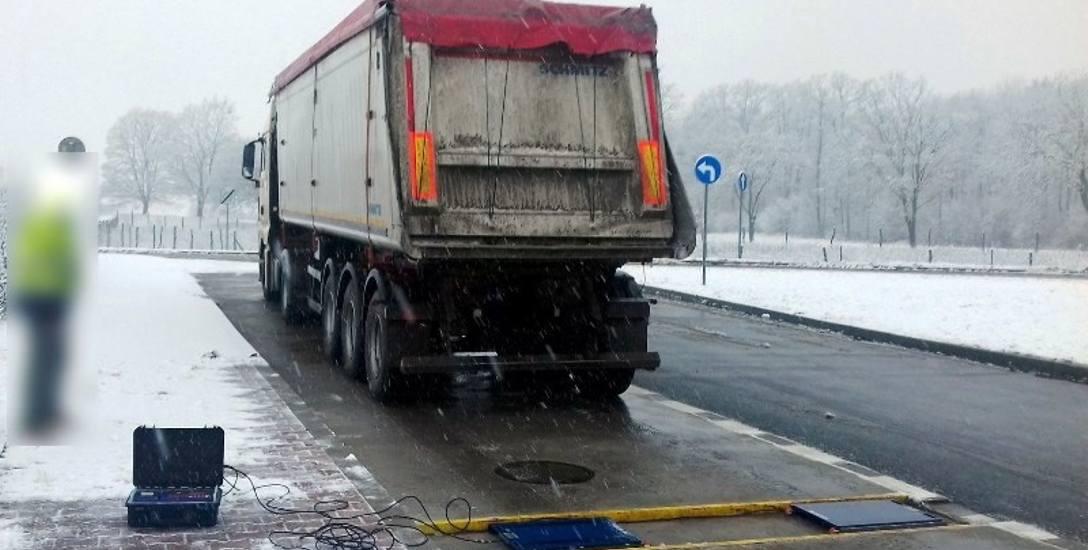 Przeładowane ciężarówki to zmora polskich dróg. Nie wszędzie system kontroli ich wagi działa prawidłowo.