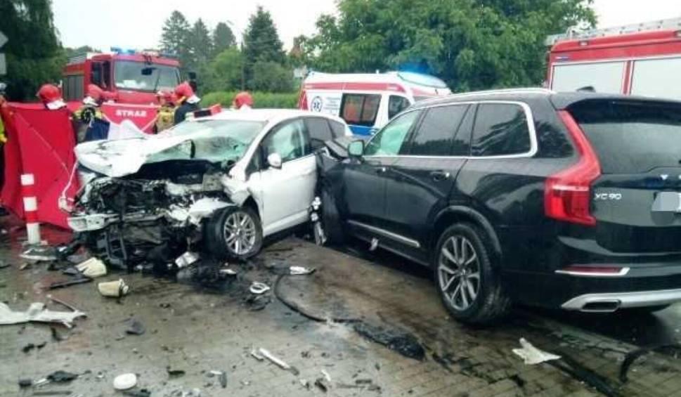 Film do artykułu: Śmiertelny wypadek w Malechowie. 24.06.2021 r. Nie żyje 63-letnia kobieta. Zginęła w zderzeniu dwóch samochodów. Na dk 6 wyznaczono objazdy