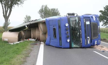 TIR przewrócił się pod Wrocławiem. Bele papieru zablokowały drogę [ZDJĘCIA]