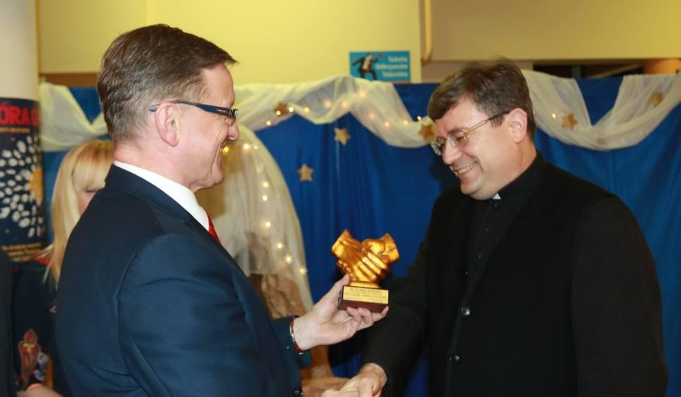 Nowy Sącz. Proboszcz bazyliki św. Małgorzaty z tytułem Przyjaciela Falkowej. Wyróżnienie wręczone podczas osiedlowego Opłatka