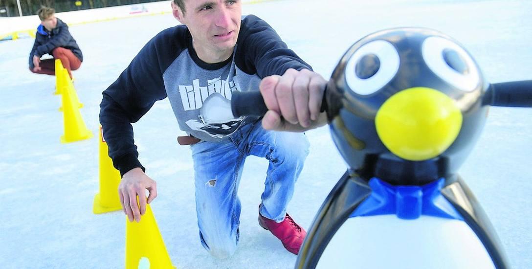 Sebastian Antkowiak, razem z Dawidem Michalskim (w tle) przygotowują lodowisko dla chętnych
