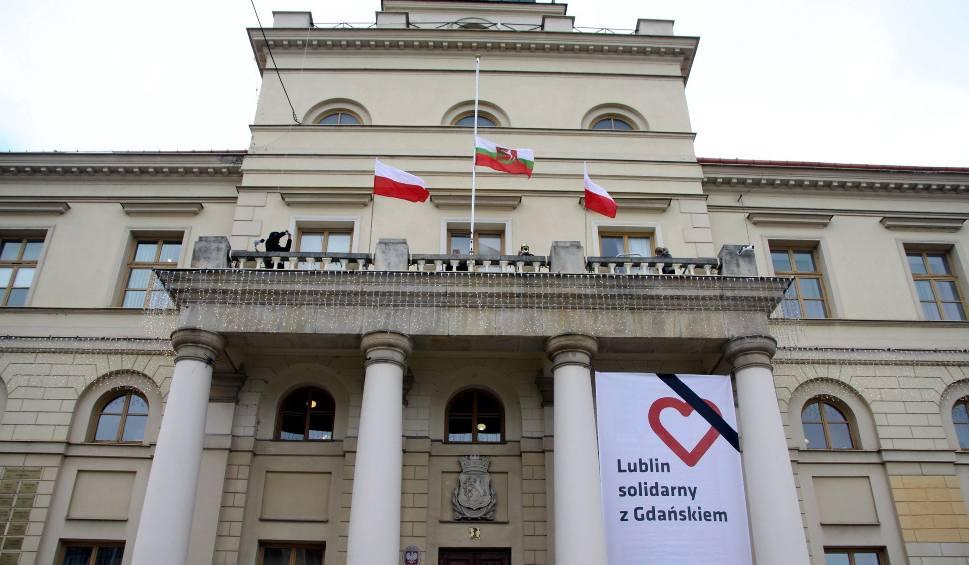 Film do artykułu: Po tragedii w Gdańsku flaga w Lublinie opuszczona do połowy masztu (ZDJĘCIA, WIDEO)