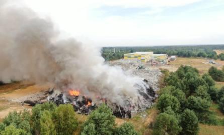O pożarze jednej z hałd śmieci na terenie prywatnej formy w Fałkowie do strażaków trafiła o godzinie 4 nad ranem w niedzielę.