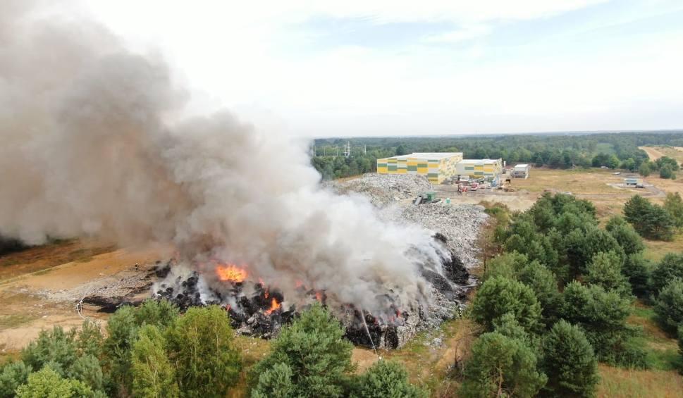 Film do artykułu: Pożar na składowisku śmieci w Fałkowie. Dwadzieścia zastępów straży pożarnej walczy z ogniem