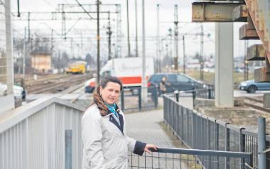Zdzisława Piesik etap wózka z dzieckiem ma za sobą, ale doskonale rozumie, że peron na Bielawach nie jest przyjazny mamom.