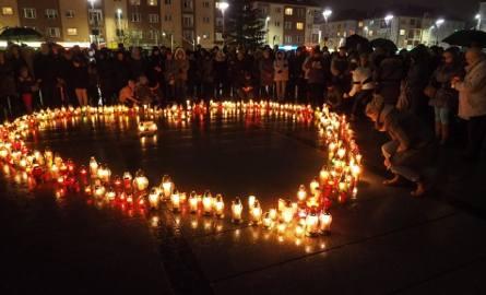Nie cichną emocje po tragicznym zdarzeniu w Gdańsku i po śmierci prezydenta Pawła Adamowicza. W środę wieczorem w Koszalinie, na Rynku Staromiejskim,