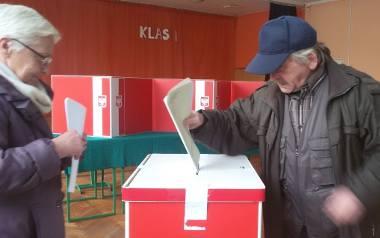 Andrzej Rau z żoną Krystyną głosują w lokalu wyborczym w SP 10 przy ul. Wyspiańskiego w Zielonej Górze