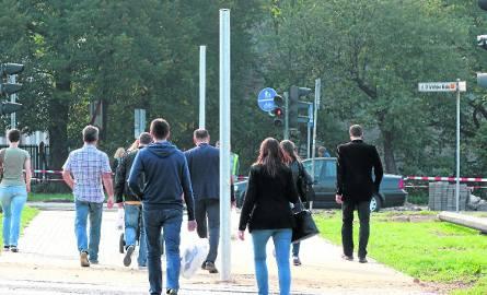 Mnóstwo słupów na przejściu dla pieszych w Kielcach