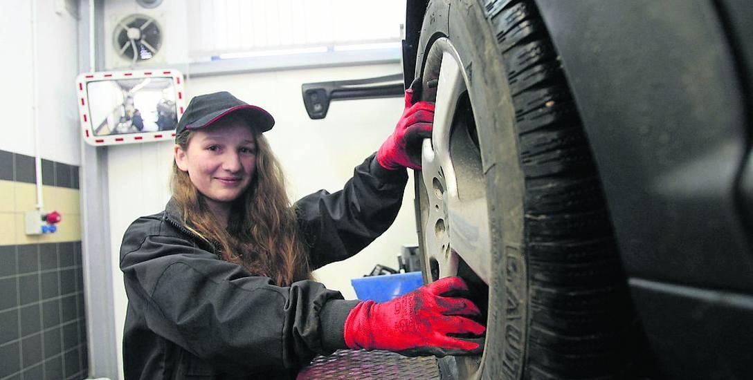 Marcjanna Hanusiak podczas zajęć w CKP w Legnicy uczy się, na co zwrócić uwagę przed zimą.